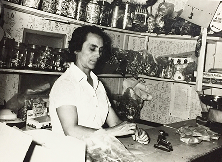 Lucia Vendiendo Almendras Hernandez en la Tienda
